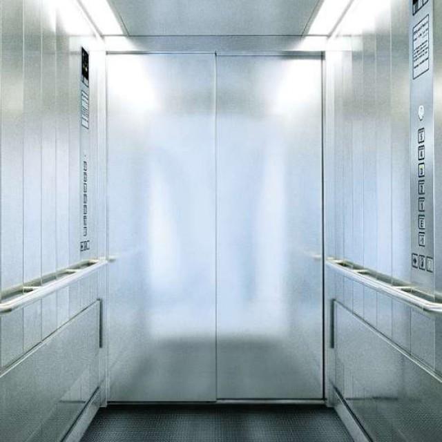 Ascenseur Schindler 2500 - Spacieux et fonctionnel. L'ascenseur des Établissements de Santé