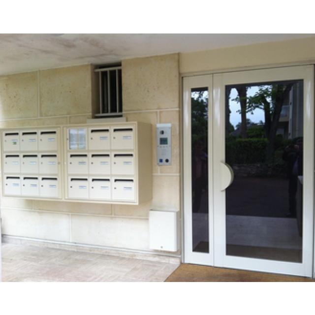 Porte d'immeuble en aluminium Technal