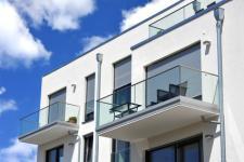 Garde-corps en verre : normes, installation et entretien
