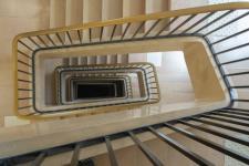 Revêtement de sol d'escalier d'immeuble : installation, solutions et prix